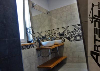 rivestimenti bagno, doppio lavabo da appoggio su top in legno