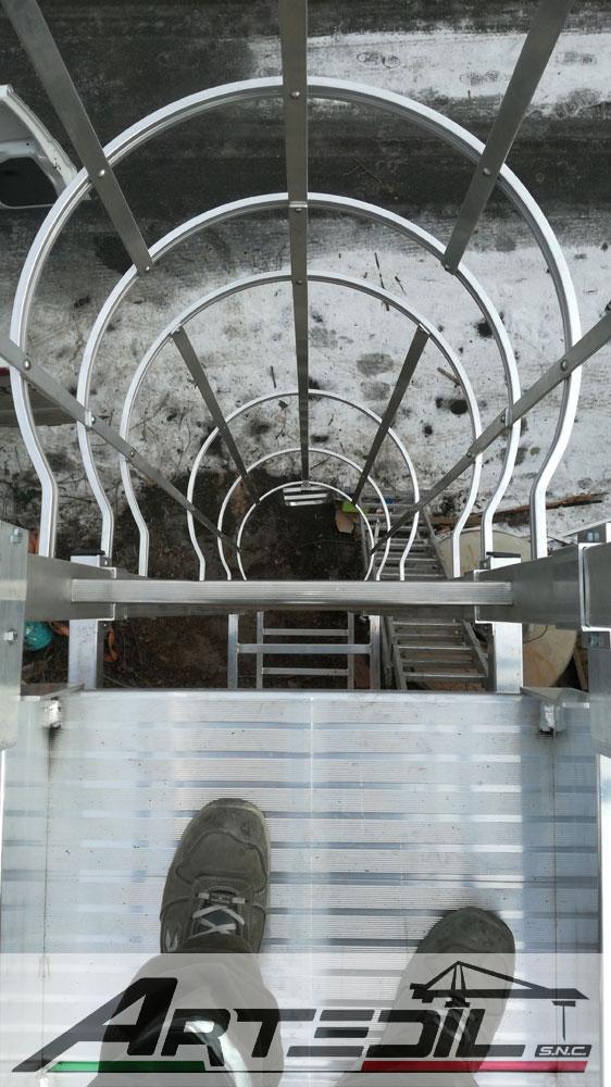 Installazione scala di sicurezza in ferro su tetto