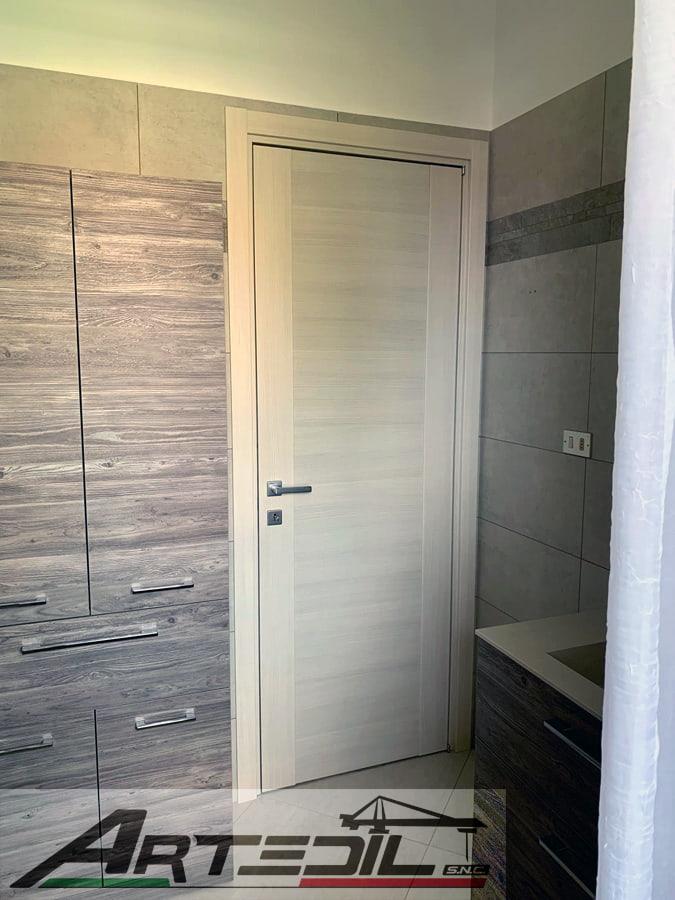 arredo bagno, tinte rilassanti tono su tono, armadio e porta