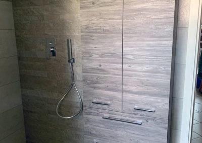 arredo bagno, tinte rilassanti, armadio e doccia, rivestimenti in geopietra
